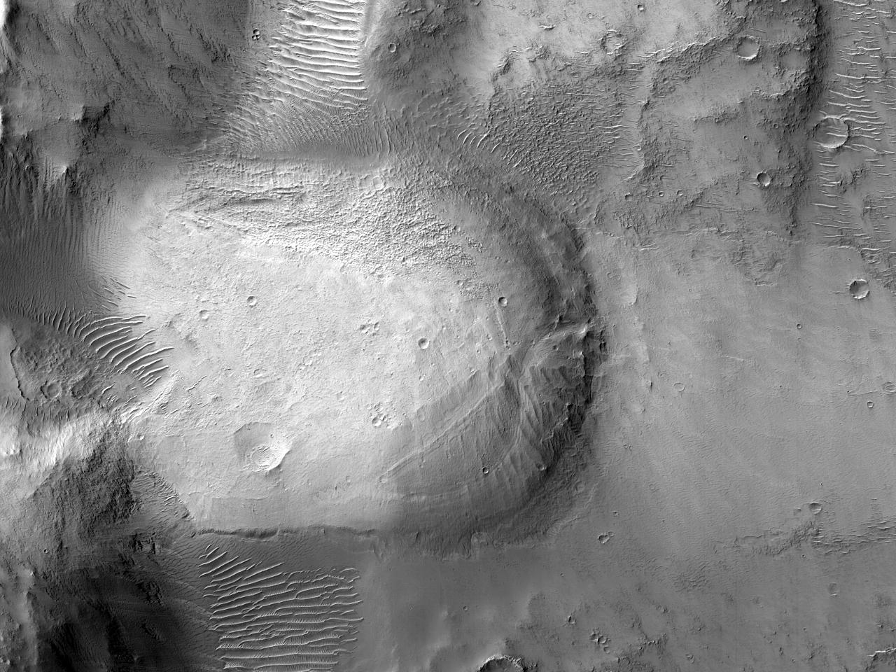 Элемент в форме лопасти на дне кратера на севере земли Arabia Terra