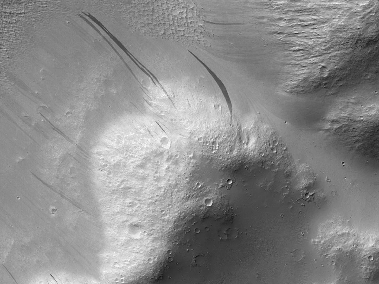 Эродированный обрыв в патереApollinaris Patera