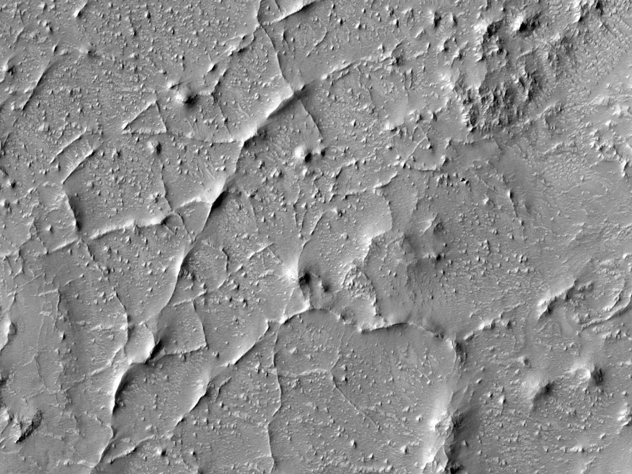 Сеть горных хребтов к северу от кратера Antoniadi