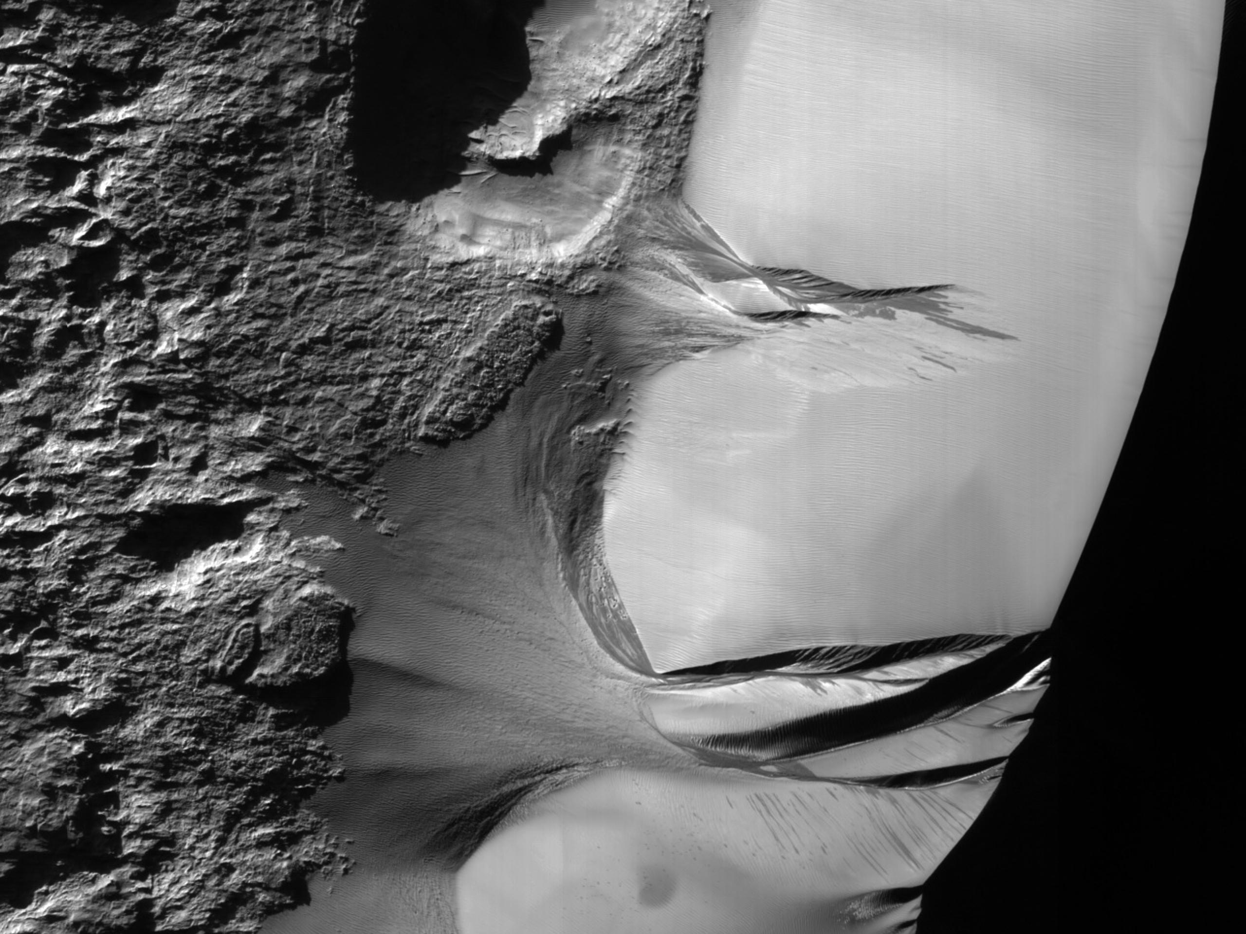 Observând rigolele dunelor din Kaiser Crater