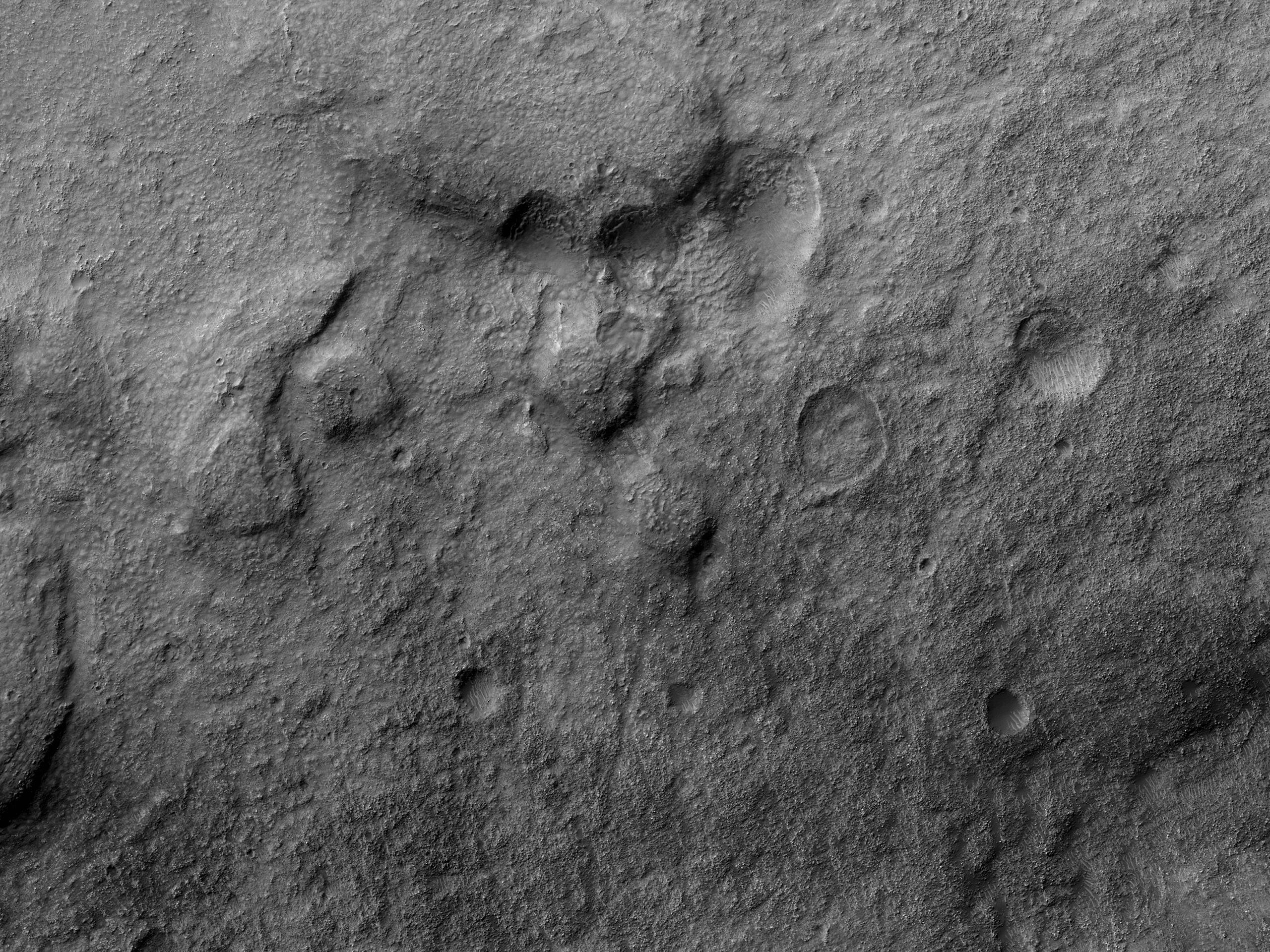 Дно кратера в долинах Navua Valles