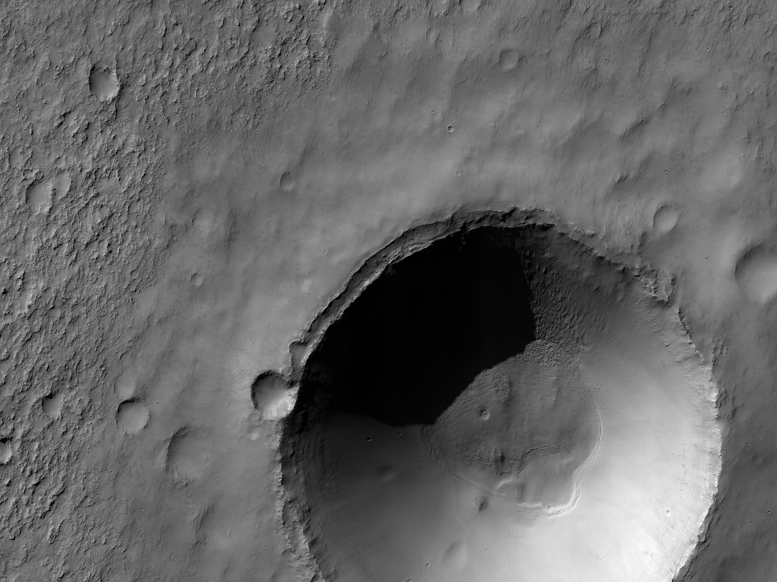 Posibil depozit de clorură scos la iveală de un crater