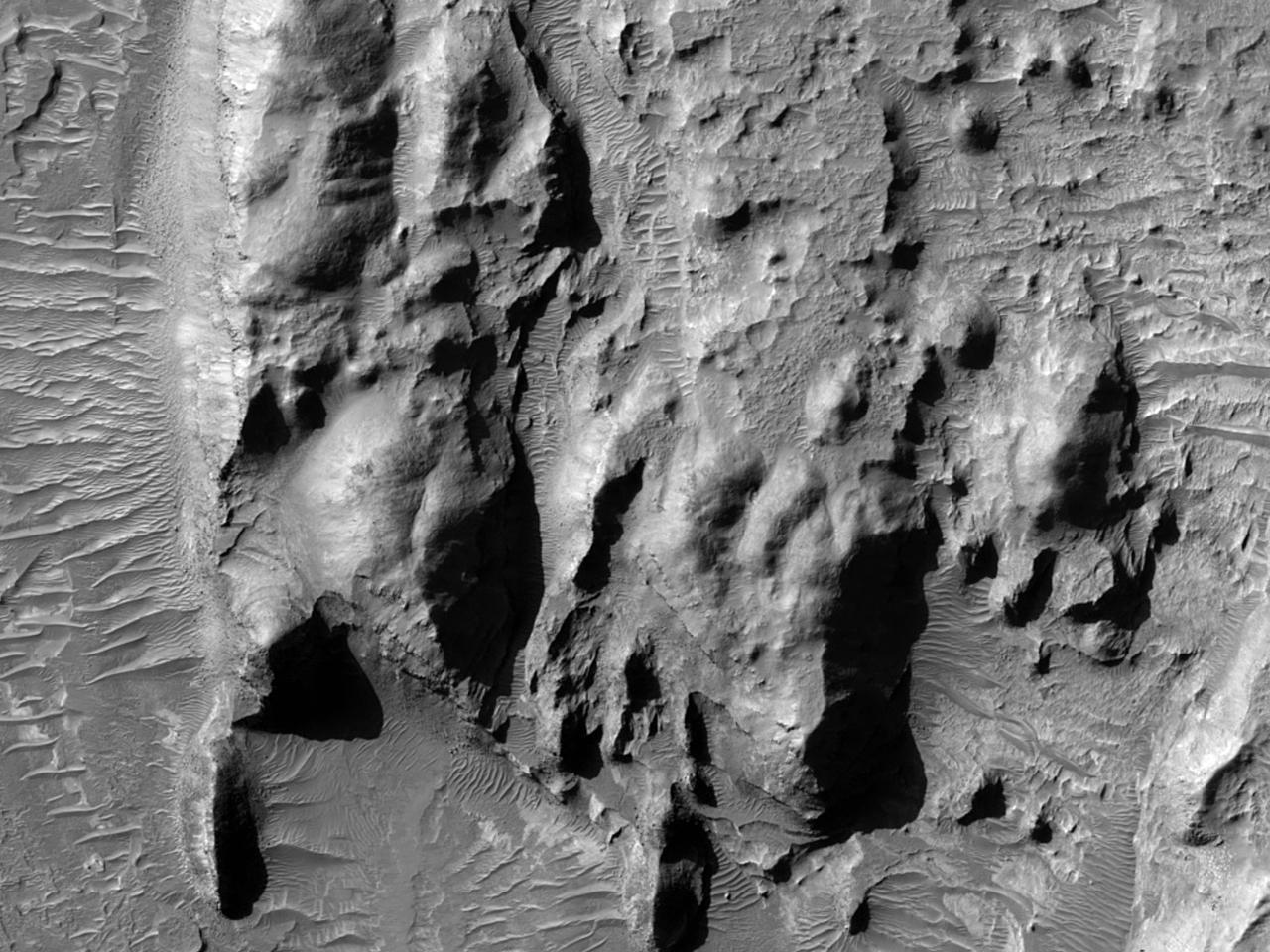 طبقة صخرية مكشوفة في فوهة ميلوشو (Millochau Crater)