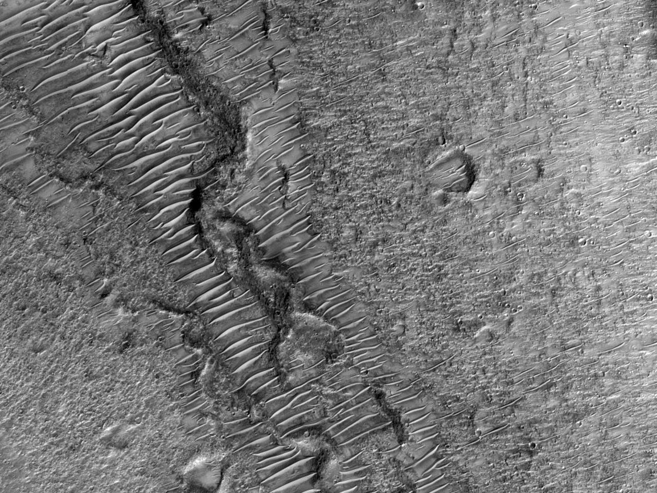 דיונות חול צרות ושטח אבני בכאוס הידראוטס (Hydraotes Chaos)