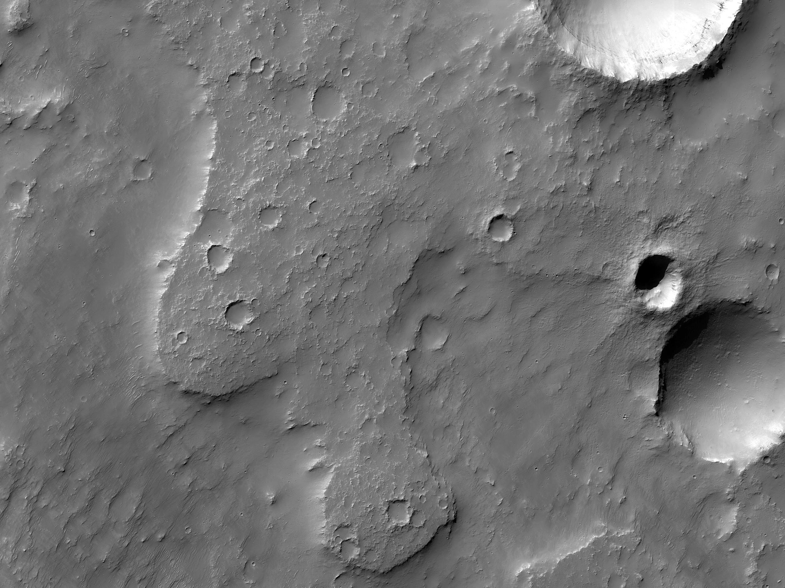 מכתשים וחומרים מרובדים בארץ טרה סבאיאה (Terra Sabaea)