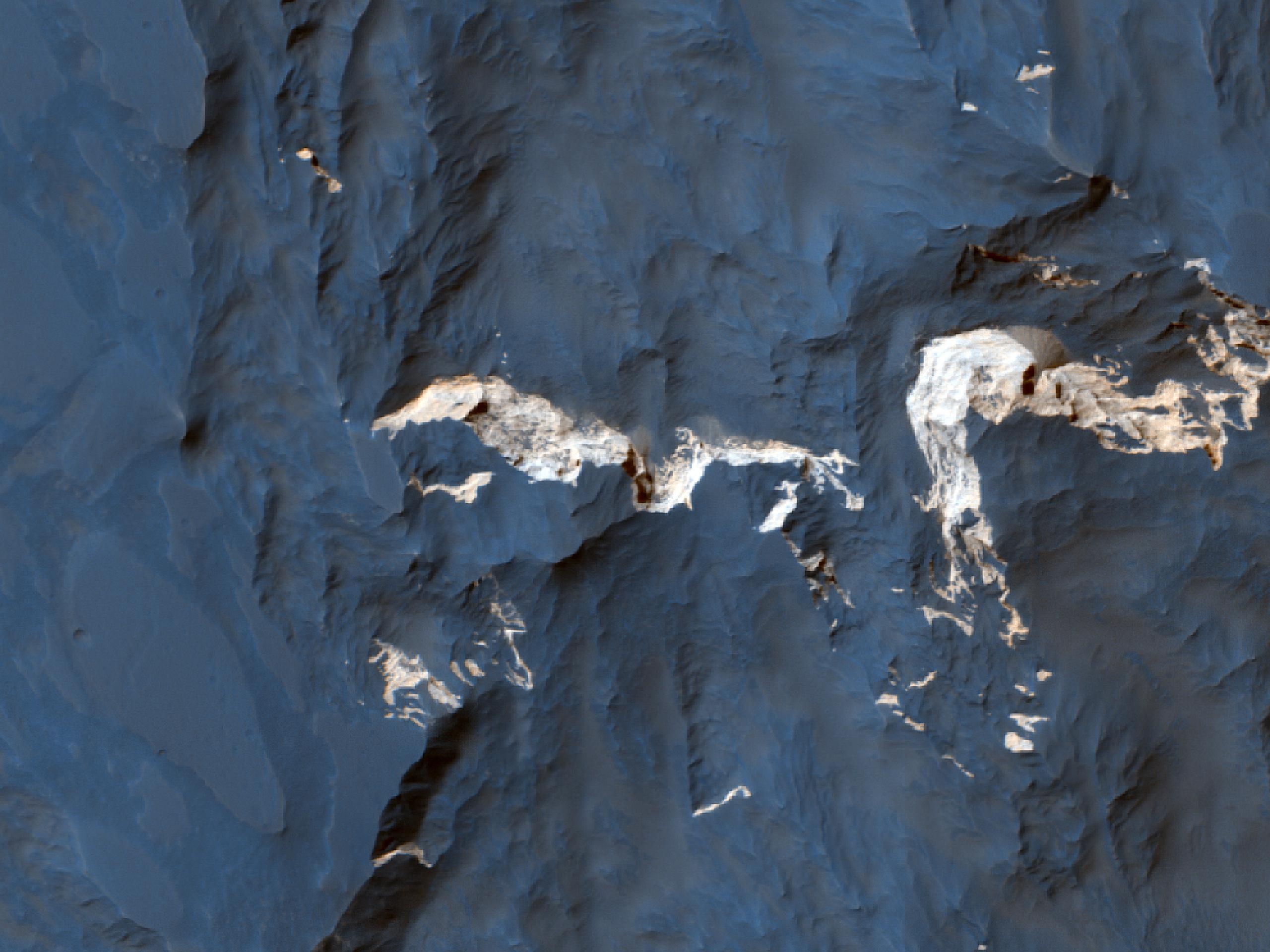 שטח כהה ושכבות בהירות בקניון קפרי קזמה (Capri Chasma)