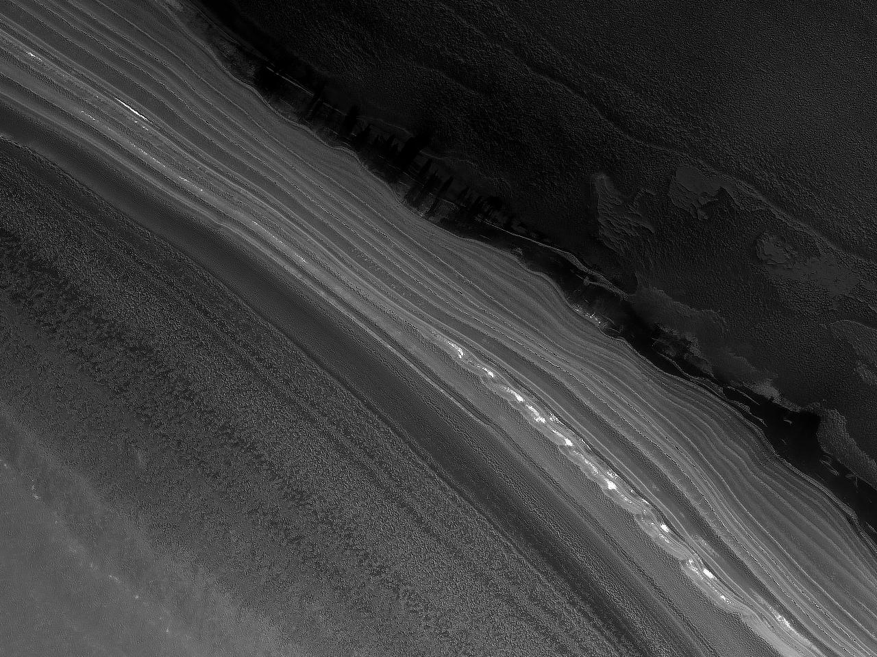 Scarpata ripida sul bordo di depositi stratificati nella regione del Polo Nord