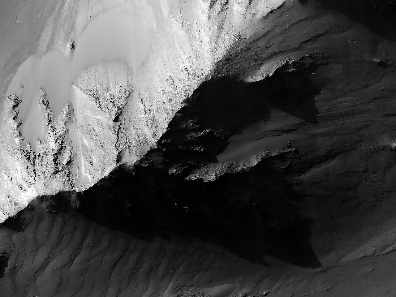 Dune e scarpate franose nella regione Coprates