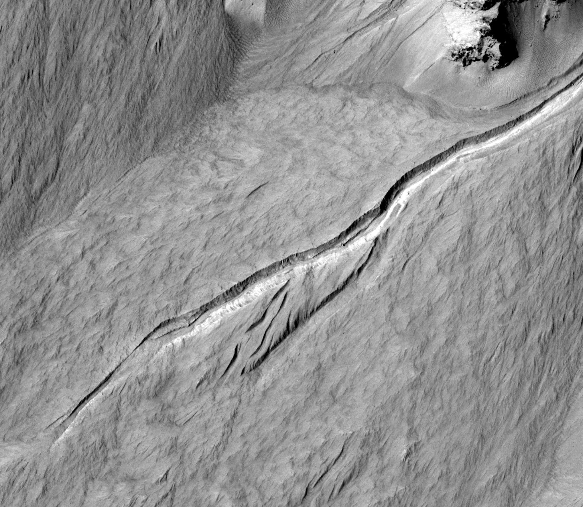 Светлые отложения на Марсе: следы потоков воды?
