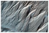 Cárcavas en la pared exterior de un cráter