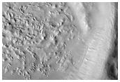 Barrancos en el pared de un cráter