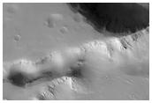 Cráteres y valles en Elysiym Fossae