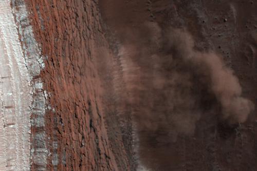 Avalanşe de gheaţp şi praf pe Marte