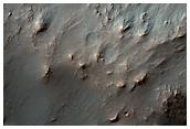 I pendii di un cratere eroso nell'antica regione di Noachis