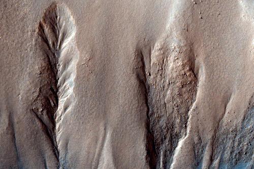 Ravines sur les pentes d'un cratère