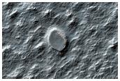 Cratere su un terreno ricco di detriti e ghiaccio
