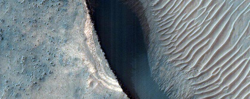 Depositi stratificati di colore chiaro sul fondo di un cratere a medie latitudini meridionali