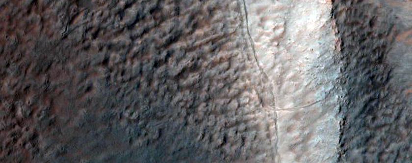 Los surcos en la pendiente y en las crestas arcuatas sobre el suelo de un cráter