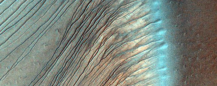 A Russel kráter dűnéi és árkai