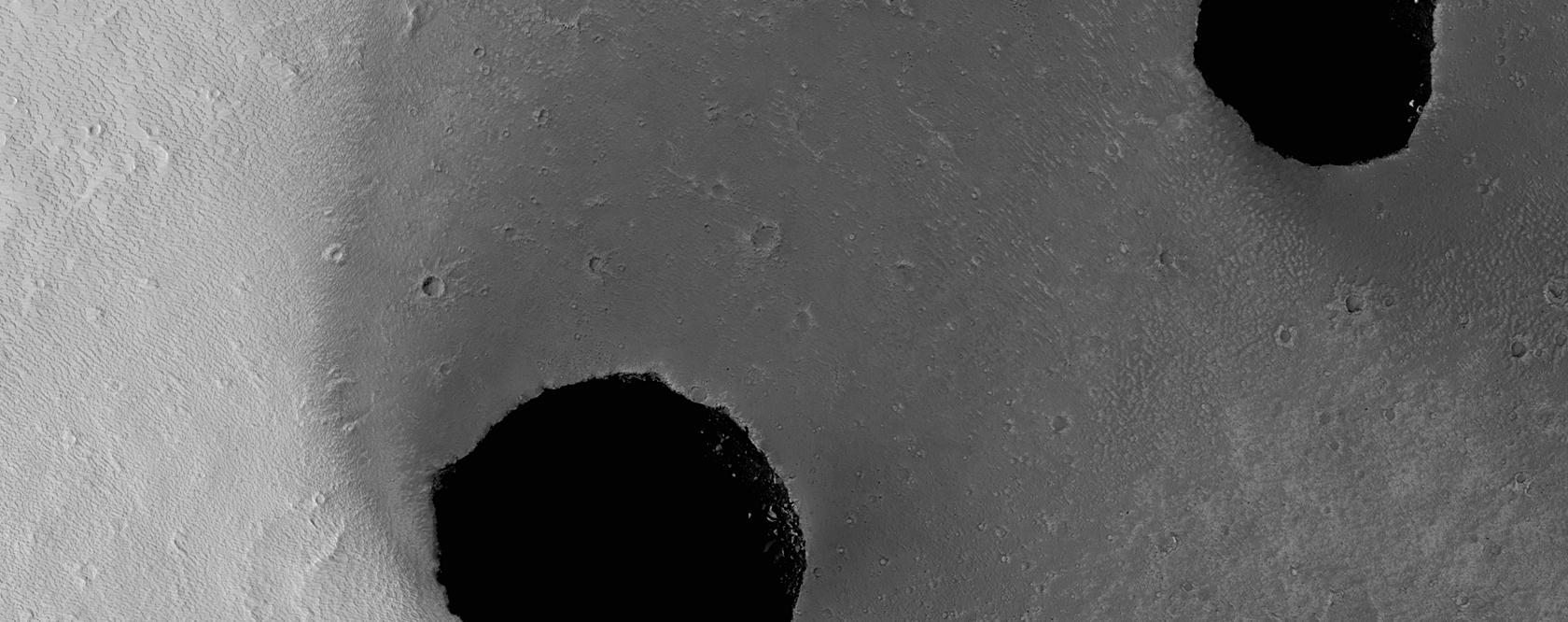 Σκοτεινοί Λάκκοι Χωρίς Χείλος στην Περιοχή Tharsis