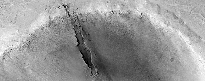 Un canale scolpito all' interno di un cratere da impatto