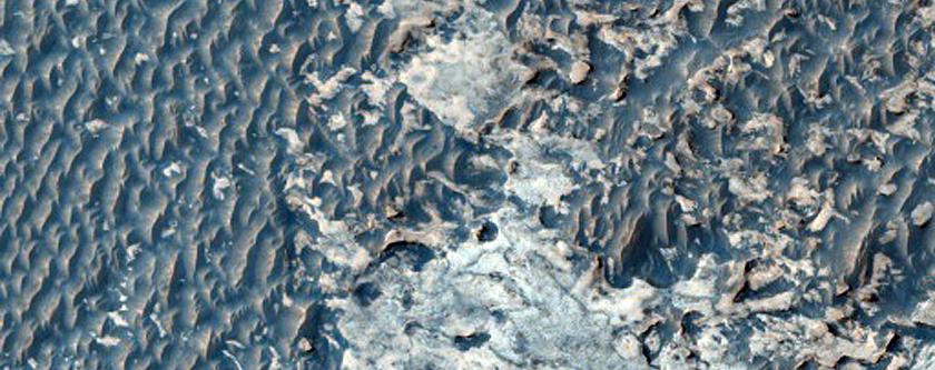 Arena oscura y lecho rocoso brillante en Terra Meridiani