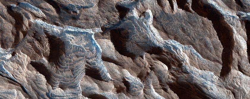 Innumerables formaciones de capas en Cráter Becquerel