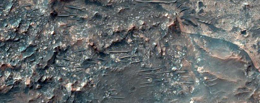 Rocce di colore chiaro in evidenza all' interno di un cratere