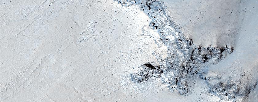 Grundgesteinfreilegungen in Kraterwand