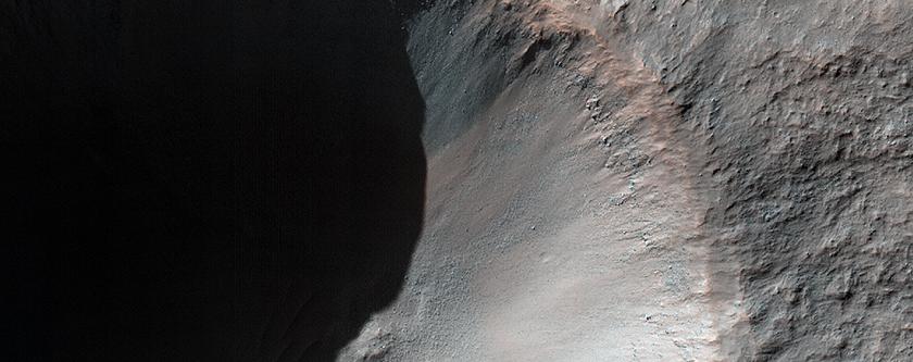 Novus crater ictu effectus chiliometrumque per medium patens