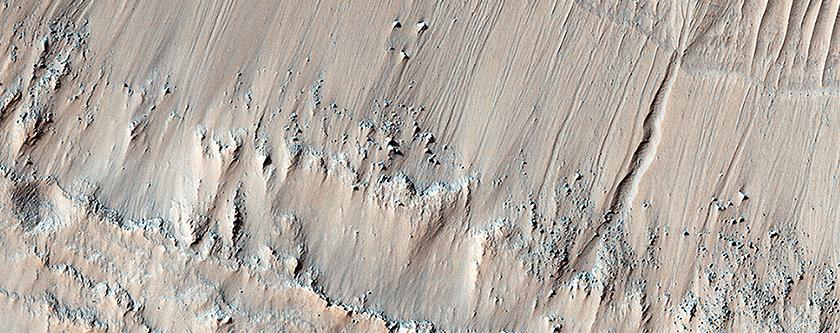 Τοιχώματα Κρατήρα με Ρεματιές στην Χώρα των Κιμμέριων (Terra Cimmeria)