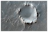 Óvenjulegur gígur innan um hraunfláka nærri Arsia Mons