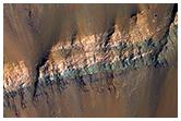 Çarpma kraterinin duvarlarında ortaya çıkmış renkli katmanlar