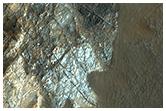 Wielobarwna, spękana skała w kraterze Ritchera