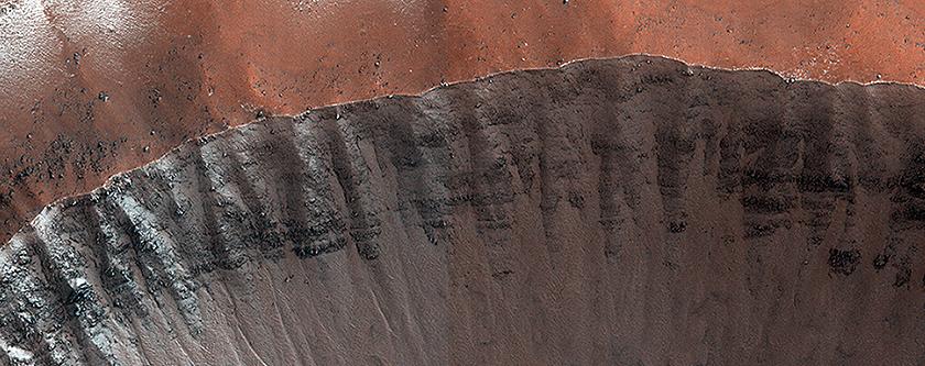 Kuzey bölgesindeki kışın etkisiyle buz tutmuş bir çarpma krateri
