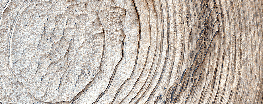 Schiaparelli Krateri'ndeki katmanlar, ana kayaç çıkıntıları ve koyu kumlar