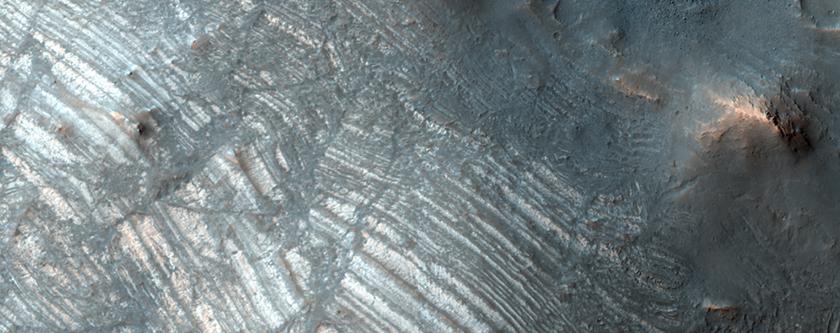 La elevación central del Cráter Oudemans: un ejemplo de estratos bien conservados