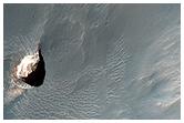 Kleiner Krater im Pollack Krater mit hell getöntem Material
