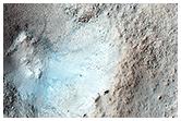 Niewielki krater na średniej szerokości geograficznej