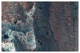 מחשופים בהירים במכתש משני של מכתש חולדן (Holden)