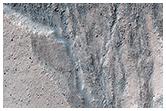 Nereidum Montes'te bulunan çukurlara sahip bir masif