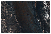 Coprates Chasma'daki dağ sırtı boyunca uzanmış eğim çizgileri