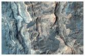 שכבת משקעים בגוון בהיר בין לאדון ואליס ועמק (Ladon Vallis)