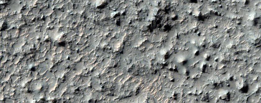 Pozo con material estratificado en el fondo de un cráter