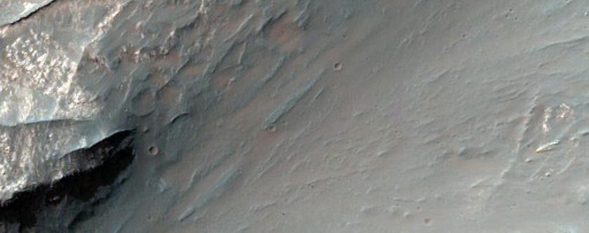 Sandöldur meðfram hálendisspildu á austurhluta Coprates Chasma