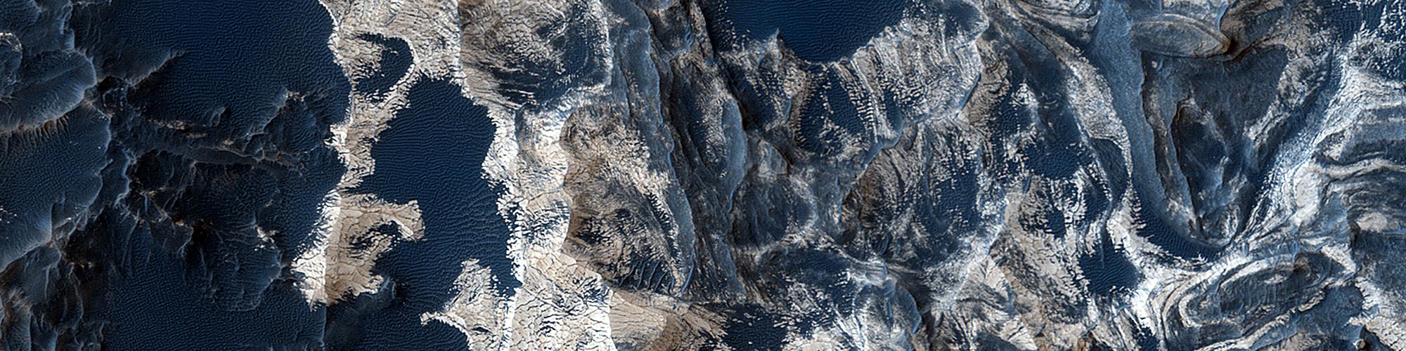 Schichten und Sand auf dem Boden des Schiaparelli Kraters