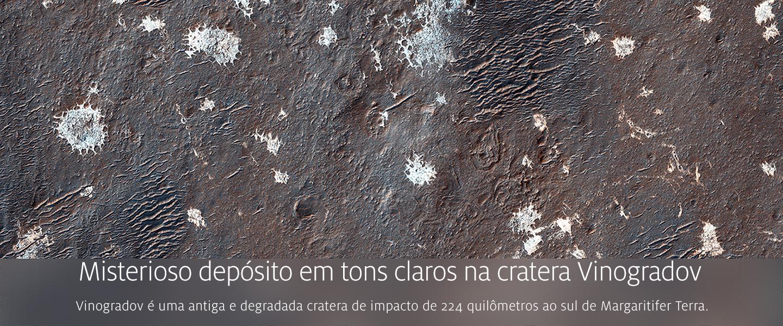 Misterioso depósito em tons claros na cratera Vinogradov