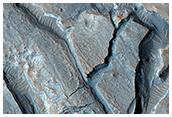 Bir kraterin iç kısmında bulunan antik göl sedimentleri