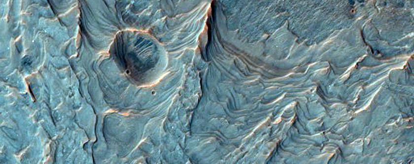 Csodálatos alapkőzetrétegek egy kráter fenekén az Argyre Planitia síkságtól északra
