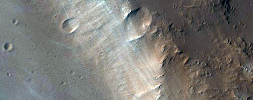 Kanel dhe'n Est a Olympus Mons
